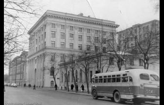 На фото д. 13 находится вдалеке, за шестиэтажным строением № 15. Сейчас оба здания занимает Верховный суд РФ. Фото: PastVu