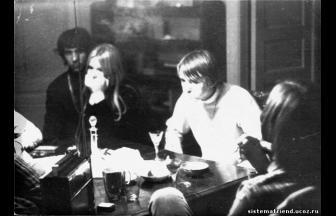 Лидер московских хиппи Юрий Бураков (Солнышко) с друзьями. 1969. Фото: http://papa-lesha.ru