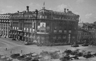 Парад 1 мая 1947 года, здание в середине — гостиница «Националь» (1-й Дом Советов). Фото: oldmos.ru