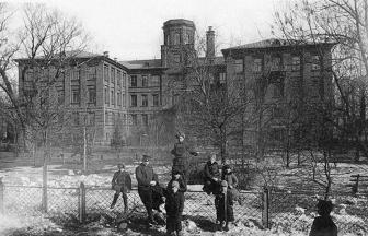 Здание Физического Института Московского университета, где с 1950-х располагается Институт радиоинженерии и электроники Академии наук. 1914. Фото: PastVu