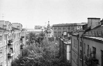 Дом № 14/1 (справа) на Комсомольском проспекте. Фото: PastVu