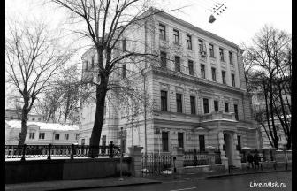 Знаменка, 10. Современный вид (в 1930-х гг. к зданию было надстроено 2 этажа). Фото: liveinmsk.ru