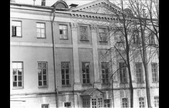 Главное здание усадьбы Нарышкиных, на территории которой расположился институт. 1987 г. Фото: PastVu