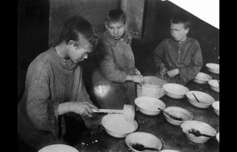 Беспризорники в приемнике (ночлежке) на Смоленском бульваре. 1926 г. Фото: humus.livejournal.com