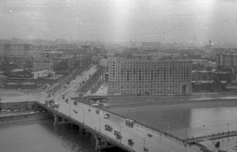 Вид на Новоарбатский мост и еще не снесенную Новинскую тюрьму, 1957–1963. Квартал Новинской тюрьмы выделен контуром. Фото: архив общества «Мемориал»