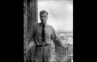 Борис Пастернак на балконе квартиры в Лаврушинском. 1948 г.