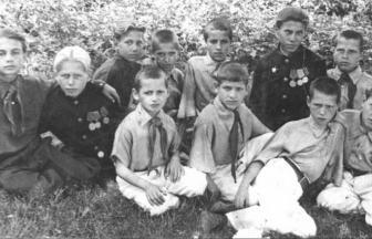 Группа воспитанников детского дома им. Я. М. Свердлова. 1947 г.