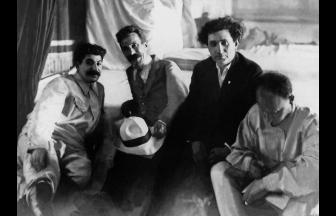 Иосиф Сталин, Алексей Рыков, Григорий Зиновьев и Николай Бухарин на XII съезде ВКП(б) (1923 г.). Фото: МАММ / МДФ