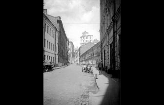 Кривой пер., вид от дома № 7. Арестный дом, предположительно, — белое трехэтажное здание справа