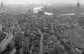 Вид из высотки на Кудринской площади. Квартал Новинской тюрьмы выделен контуром