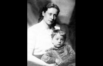 Антонина Николаевна Абакумова с сыном Игорем. Фото: www.eg.ru/upimg/photo/197966.jpg