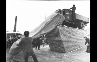Открытие памятника фронтовым шоферам в 1988 г., перед автокомбинатом № 23. Фото: PastVu
