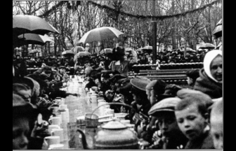 Чаепитие во дворе приюта имени доктора Гааза в Сокольниках 11 мая 1914 г. Фото: PastVu
