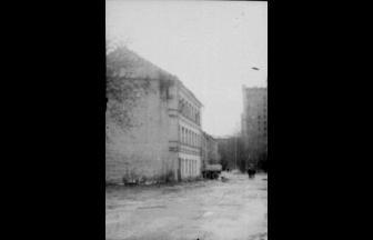 Дом на углу Проточного и Большого Ново-Песковского переулков. Это трехэтажное здание находится в том месте, где располагался лагерь