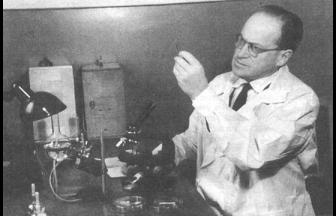 Л. А. Зильбер в своей лаборатории. Фото: 1543.su