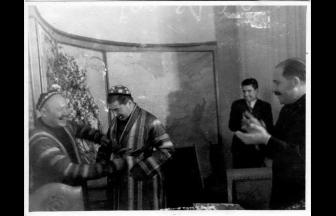 На И. Сталина надевают восточный халат. 1930-е гг. Фото: МАММ / МДФ, russiainphoto.ru