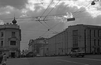 Справа — здание института (Страстной бул., 27). 1985. Фото: PastVu