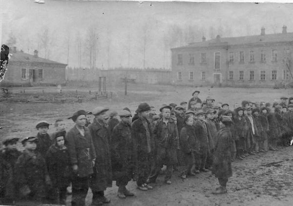 Воспитанники во дворе Барыбинского детского дома. Предположительно 1940-е гг. Фото: «Синяя птица»