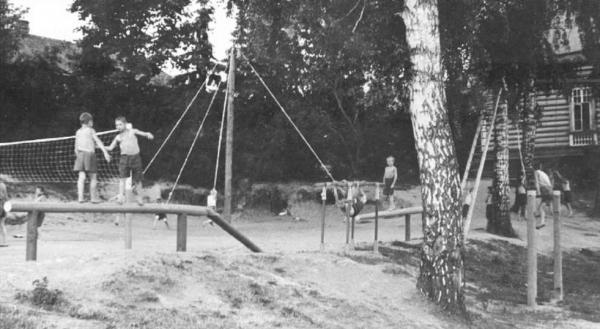 На спортплощадке детского дома. 1948 г.