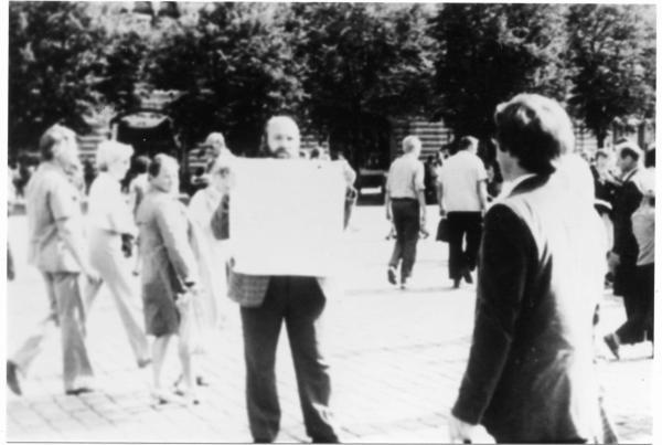 Одиночный пикет бывшего политзаключенного из Калининграда Вадима Коновалихина на Красной площади. Фото: архив общества «Мемориал»