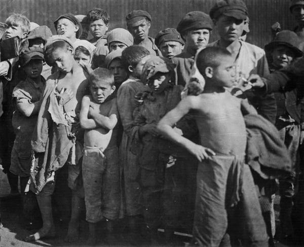 Группа детей-беспризорников. 1922 г. Фото: humus.livejournal.com