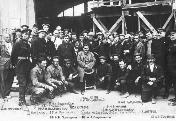Коллектив ЦКБ-39: В. Р. Менжинский с охранниками и заключенными специалистами. Фото: Wikipedia