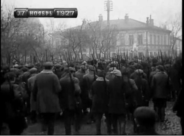 Колонна демонстрантов 7 ноября 1927 года. Фото: oldmos.ru