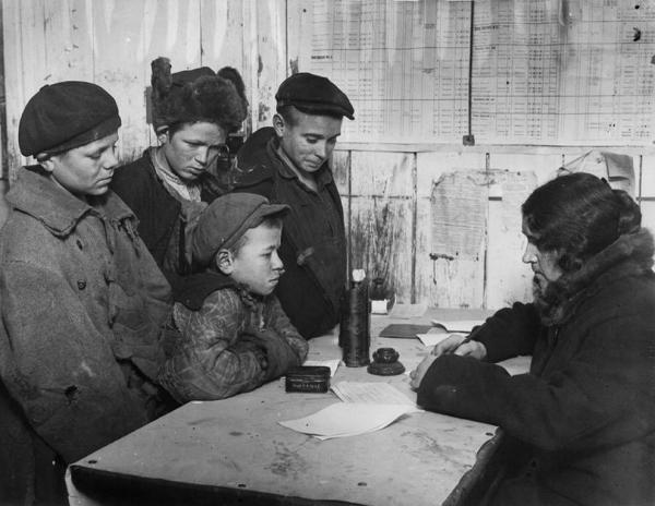 Регистрация беспризорных дежурным школы МОНО. 1928 г. Фото: Colta.ru