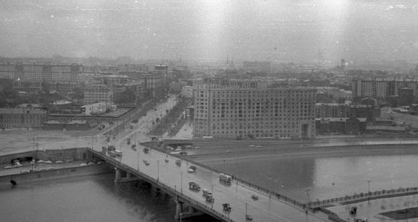 Вид на Новоарбатский мост и еще не снесенную Новинскую тюрьму, 1957–1963 гг. Квартал Новинской тюрьмы выделен контуром. Фото: архив общества «Мемориал»