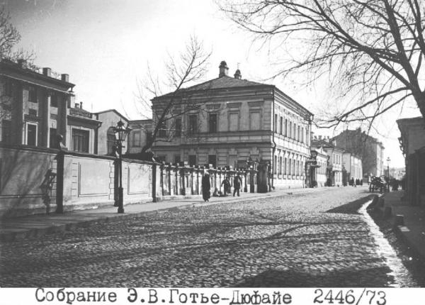Слева в глубине — дом № 16 стр.1 по Староконюшенному переулку, где, скорее всего, находился Детский дом и школа им. Карла Маркса. Фото: PastVu
