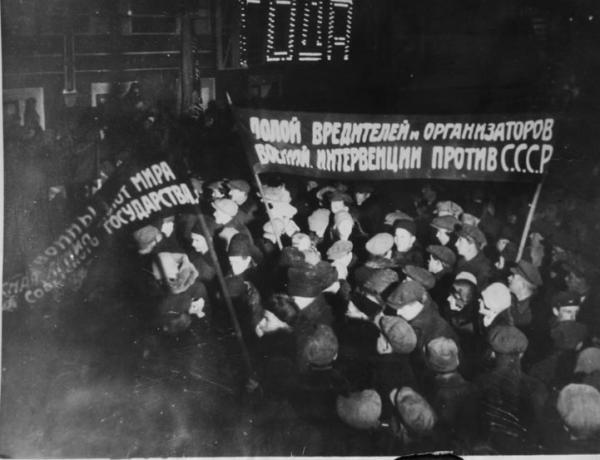 Показательная ночная демонстрация во время процесса Промпартии. Москва,1930 г. Фото: Антикварное фото