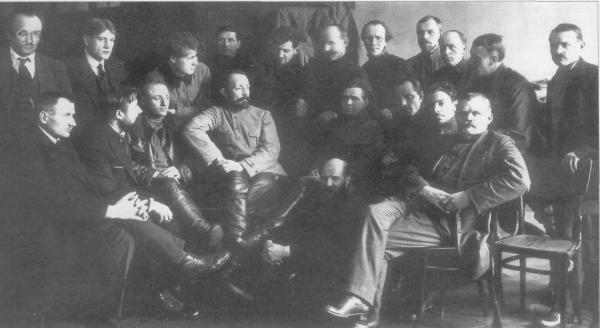 Ф.Э. Дзержинский среди сотрудников ВЧК. 1918 г. Фото: humus.dreamwidth.org