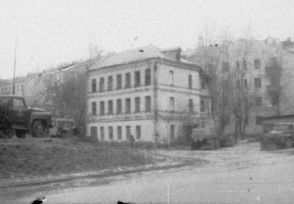 Другой вид на дом на углу Проточного и Большого Ново-Песковского переулков. В подобном здании располагался лагерь