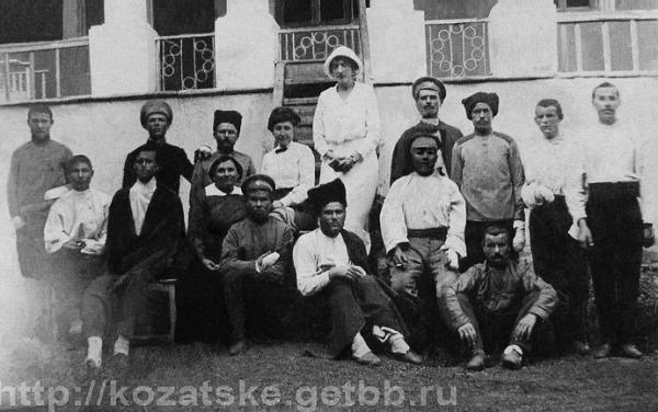 Княгиня Татьяна Куракина среди раненых солдат Первой мировой войны, лечившихся в ее имении