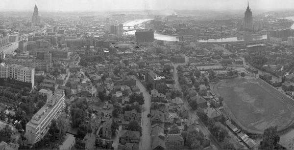 Вид из высотки на Кудринской площади. Квартал Новинской тюрьмы выделен контуром. Фото: PastVu