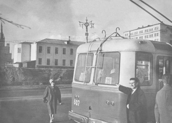 Новинский переулок, 1962 г. Фотография датирована на pastvu.com. На заднем плане, предположительно, — арестантский корпус