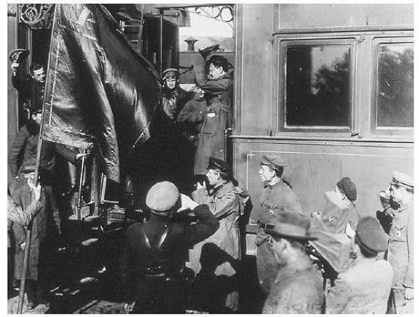 Троцкий возглавлял НКПС  с 30 марта 1920 — 10 декабря 1920 года