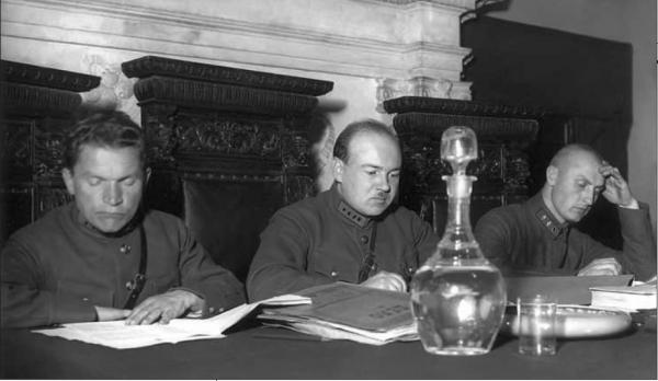 Василий Ульрих (в центре)