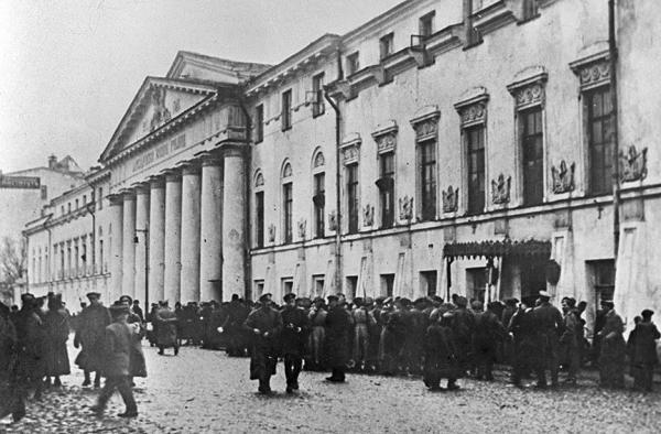 Капитуляция юнкеров у Александровского военного училища 3 ноября 1917 г. В 1918 году здание училища займет Революционный военный совет. Фото: PastVu