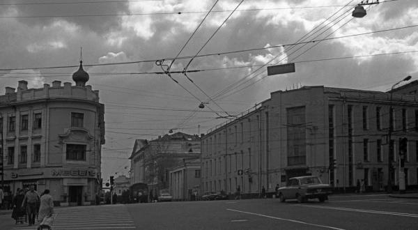 Справа — здание института (Страстной бул., 27). 1985 г. Фото: PastVu