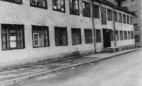 Вероятно, именно в этом доме (и точно в этом дворе) находился ФЗУ Заводстроя. Дом снесен в 1980-е гг. Фото: PastVu