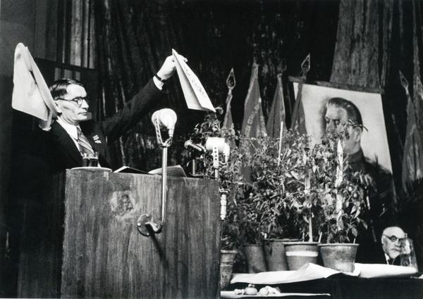 Выступление Т. Д. Лысенко на сессии ВАСХНИЛ в 1948 г. Фото: humus.livejournal.com