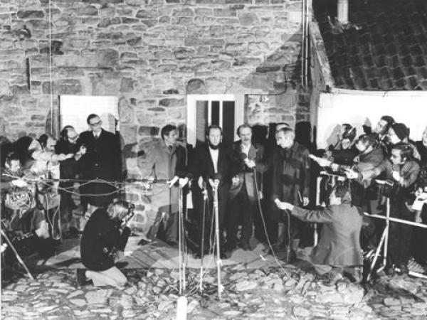 Толпа журналистов у дома Генриха Бёлля под Кёльном. Сюда был привезен высланный из СССР А. И. Солженицын. 13 февраля 1974 г. Фото: solzhenitsyn.ru