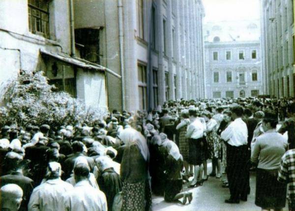 Коленопреклоненная молитва участников делегации в переулке у Старой площади 16–17 мая 1966 г. Фото: личный архив Т. К. Никольской