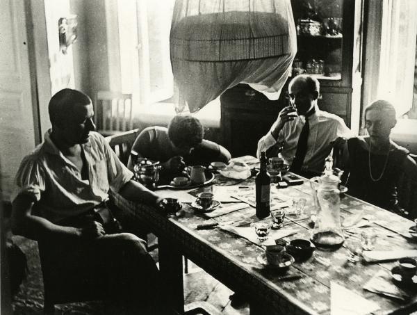 Маяковский и Брик в квартире в Гендриковом