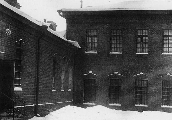 Угол конторы и тюремного корпуса. Фото: PastVu