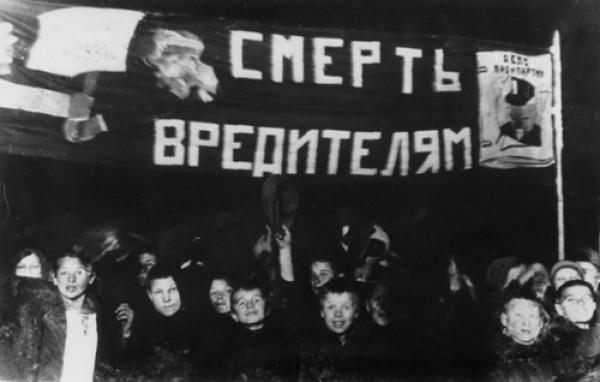 """Показательная пионерская демонстрация во время процесса по делу """"Промпартии"""", 1933"""