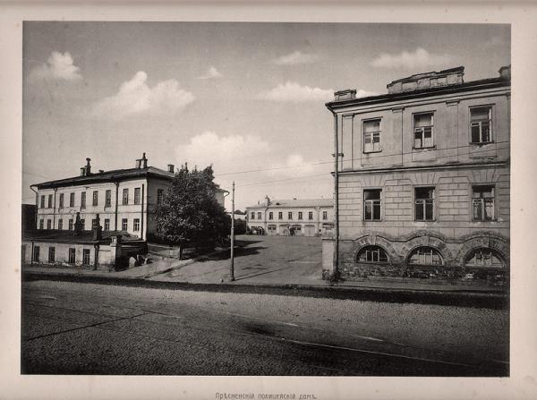 Здание арестного дома (справа)