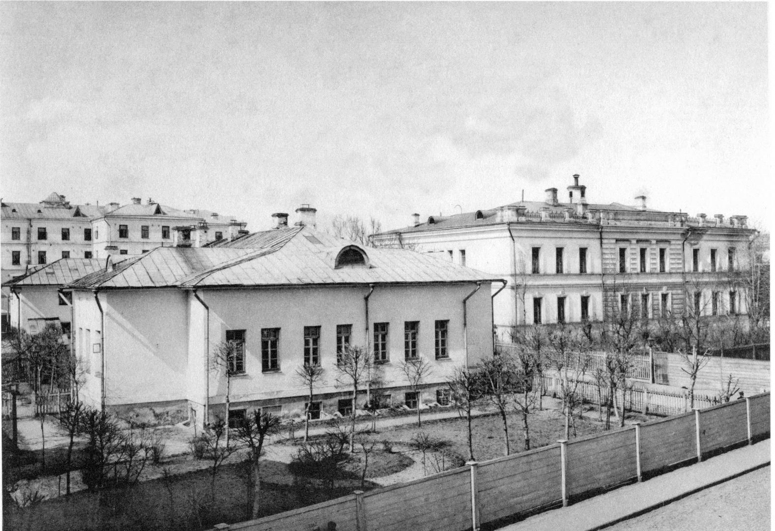Открыл первую детскую больницу в россии