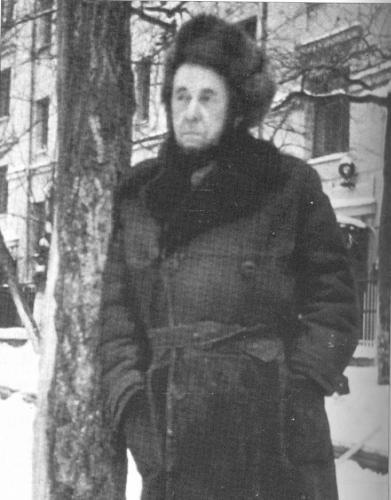 Последняя фотография Солженицына до высылки. Во дворе дома в Козицком переулке. Февраль 1974 года. Фото: Солженицын А. И. Бодался телёнок с дубом. М.: Согласие, 1996